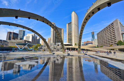 Deurstickers Toronto View of Nathan Phillips Square and City Hall in Toronto