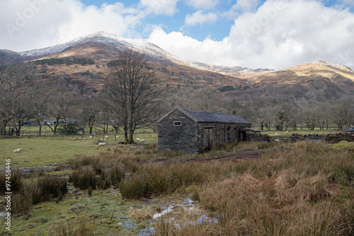 Foto auf Gartenposter Gebirge Traditional barn in the Snowdonia National Park, Wales, UK.