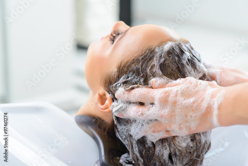 Photo  Stylist is washing clients hair.