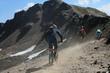drei Mountainbiker im Gebirge