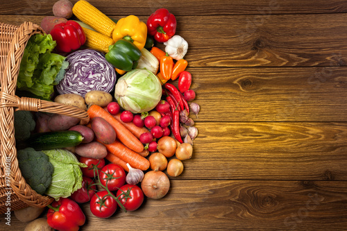 Tuinposter Groenten Fresh vegetables on the wooden surface.