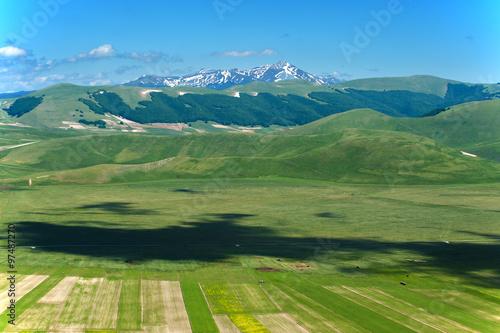 Spoed Fotobehang Groene Mountain spring in Italy landscape, Umbria.