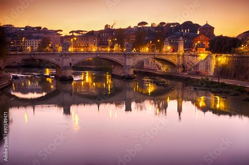 Photo Rome bridge panorama with Tiber river view at dusk