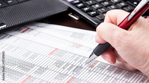 Photo Business woman working with documents in office