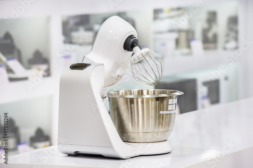 single electric juicer in retail store