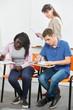 Schüler schreiben Klausur mit Lehrer