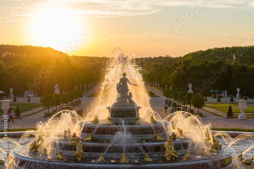 Photo sur Toile Fontaine Fontaine de Versailles sur un coucher de soleil