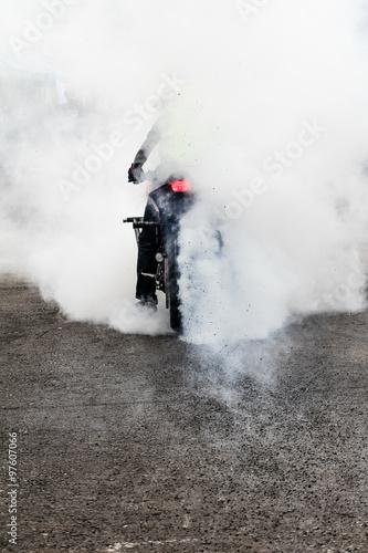 Fotobehang Spoorlijn stunt biker