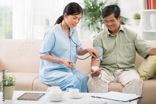 Helping to check blood pressure Lerretsbilde