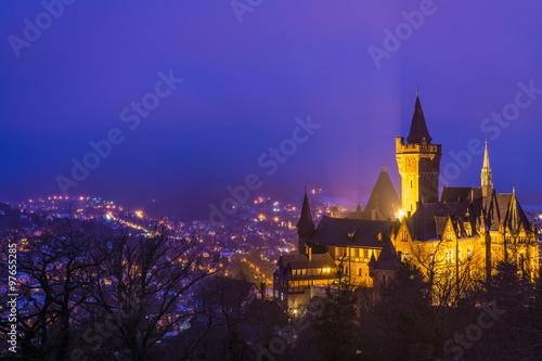 Montage in der Fensternische Schloss Schloss in Wernigerode an einem Winterabend