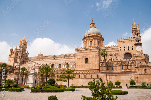 Staande foto Palermo Palermo Cathedral is the cathedral church of the Roman Catholic Archdiocese of Palermo, located in Palermo, Sicily, Italy. The church was erected in 1185 by Walter Ophamil.