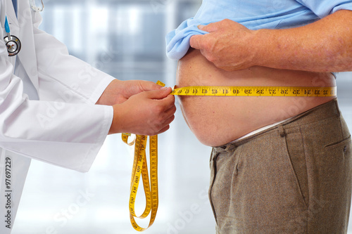 Foto Doctor measuring obese man stomach.