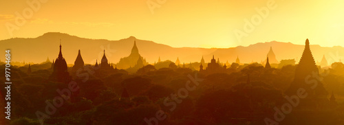 Fotografia  Silhouette of temples and stupa sunset over Bagan in Myanmar