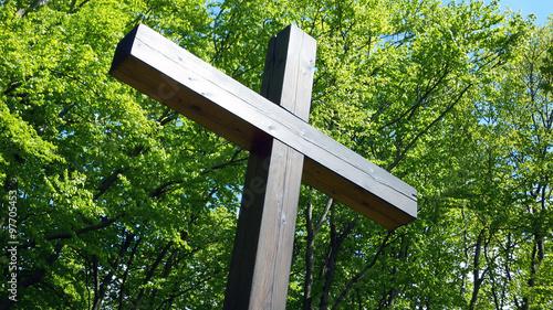 Fotografia, Obraz Holzkreuz vor dem Wald