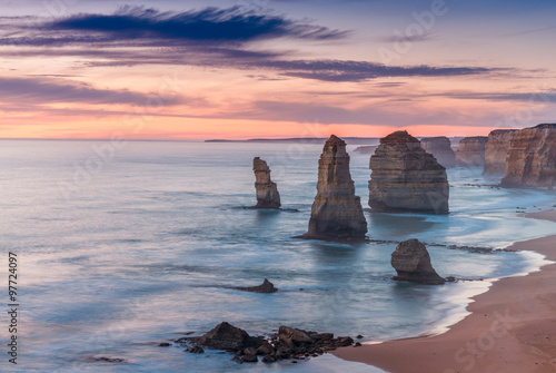 Foto  Stunning sunset view of Twelve Apostles, Great Ocean Road - Vict