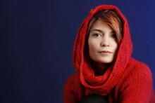 Bellissima Ragazza Indossa Maglione Con Cappuccio Rosso
