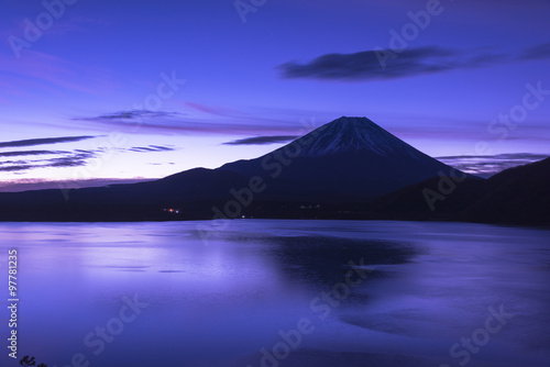 Fotobehang Donkerblauw 未明の本栖湖と富士山