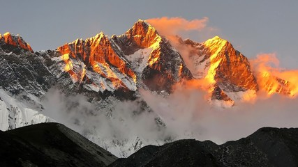 Panel Szklany Do sypialni golden snow mountain sunset in the Himalayas