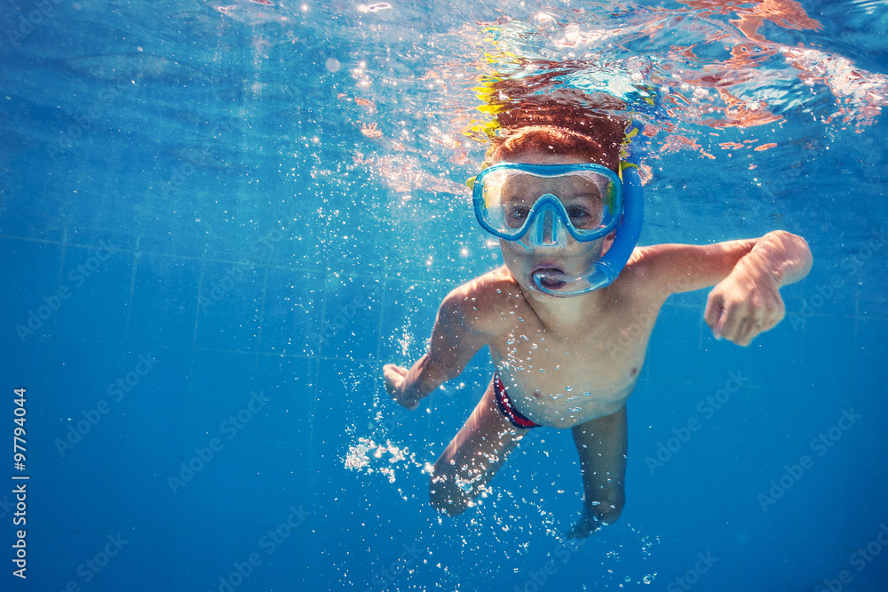 Fototapeta Underwater kid in swimming pool with mask.