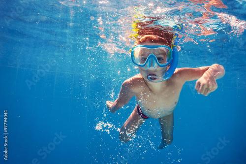 Obraz Underwater kid in swimming pool with mask. - fototapety do salonu