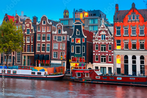 noc-miasta-widok-na-kanal-amsterdamu