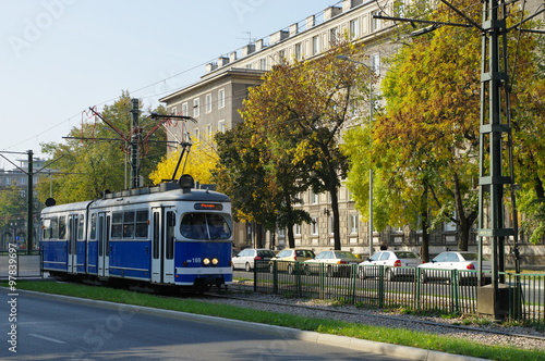 Nowa Huta, dzielnica Krakowa. Tramwaj na ulicy Aleja Solidarności. W głębi budynek mieszkalny w stylu architektury stalinowskiej.
