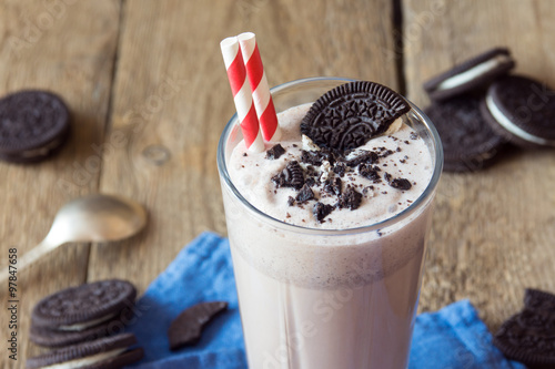 Foto op Plexiglas Milkshake milkshake (chocolate smoothie) with cookies