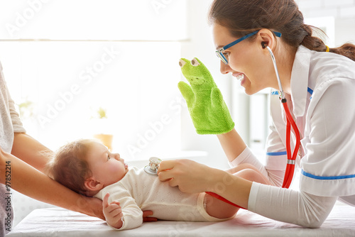 Photo  doctor examining a baby