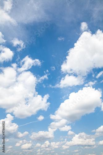 blekitne-niebo-z-chmura-zblizenie