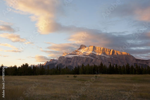 alpenglow on mount rundle плакат
