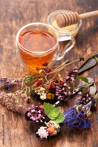 Fotografiet  Herbal tea with honey and medicinal herbs