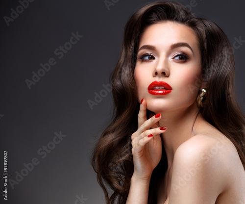 piekno-modela-kobieta-z-dlugim-brown-falistym-wlosy