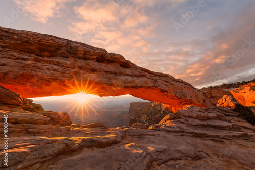 In de dag Bruin Sunrise at Mesa Arch Canyonlands N.P.