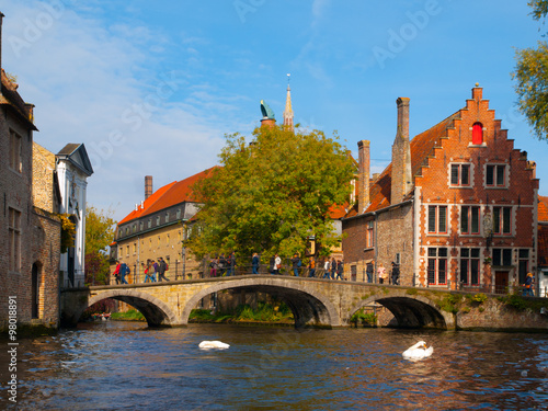 In de dag Brugge Water canal with old bridge and medieval houses of Bruges