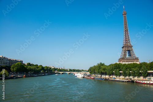 Papiers peints Paris Eiffel tower on bright day