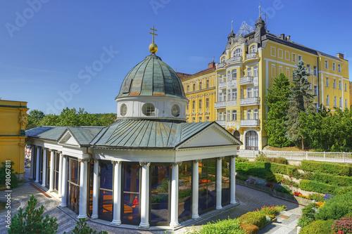 Fotografie, Obraz  Marianske Lazne Spa, Carolina's Spring pavilion and colonnade