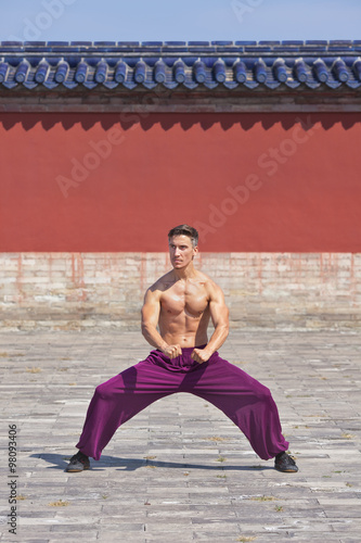 In de dag Vechtsport Bare chested muscled martial arts master practising at Temple of Heaven, Beijing, China