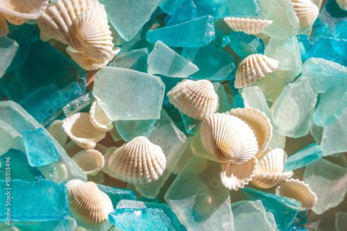 Fototapeta Tyrkysové moře sklo a koukol skořápky; sklo nosí hladký mořskými vlnami