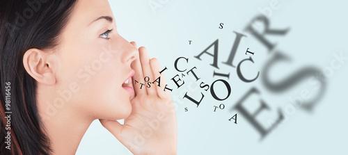 Fotografia, Obraz  Viso donna bocca lettere escono