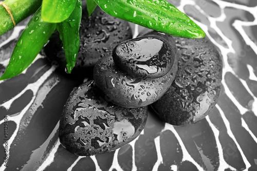kamienie-zen-i-liscie-bambusa-na-ciemnym-tle