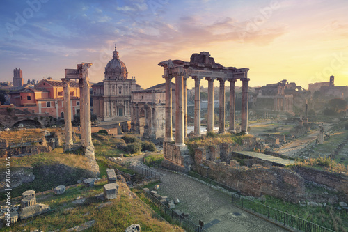 La pose en embrasure Rome Roman Forum. Image of Roman Forum in Rome, Italy during sunrise.