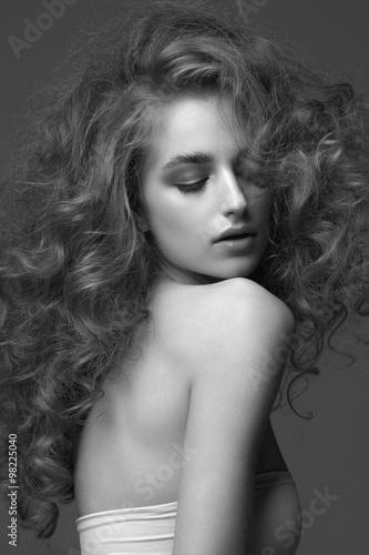 Fotografie, Obraz  Krásná žena s kudrnatými účes