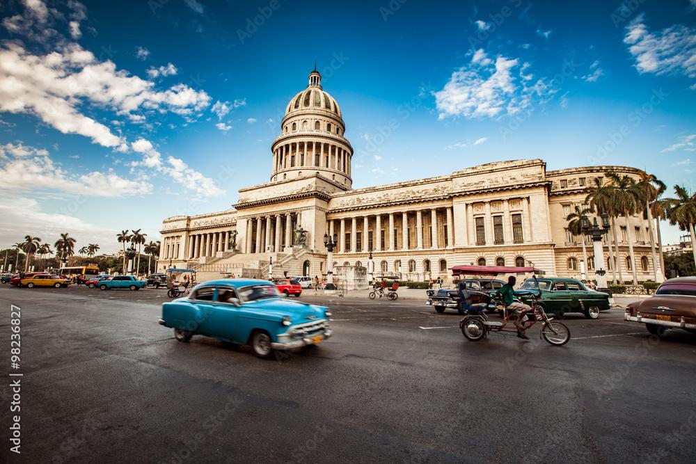 Fotografia  HAVANA, CUBA - JUNE 7, 2011: Old classic American car rides in f