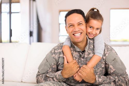 Valokuva  little daughter and military father