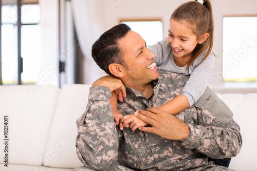 little girl hugging her military father Canvas-taulu