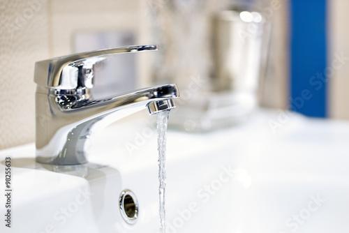 Fotografiet faucet and water flow