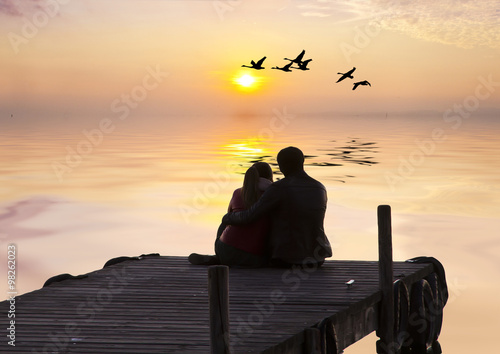 Fotografie, Obraz  novios mirando el amanecer