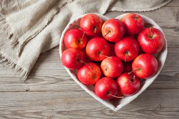 fototapeta czerwone jabłka na stole