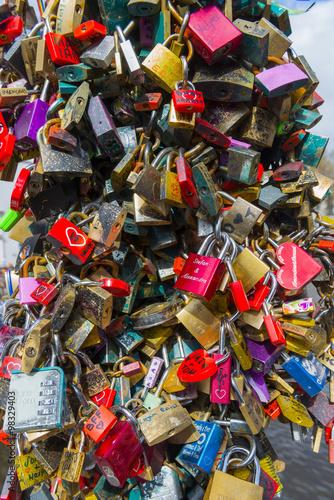 Photo  Liebesschlösser auf einer Brücke in Amsterdam