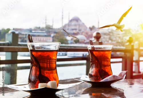 Fotografía  Turkish tea cup on the background of port in Istanbul